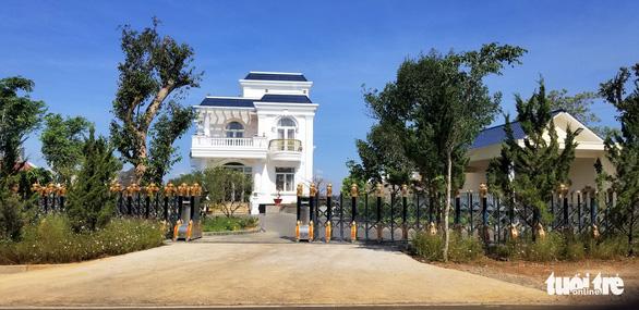 Tháo dỡ biệt thự khủng xây không phép, kiểm điểm Văn phòng đăng ký đất đai Bảo Lộc - Ảnh 1.