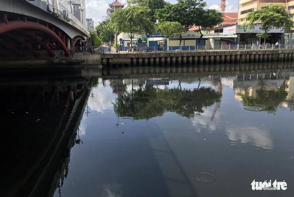 Kênh Nhiêu Lộc - Thị Nghè lại đen thui, bốc mùi, tái ô nhiễm - Ảnh 2.