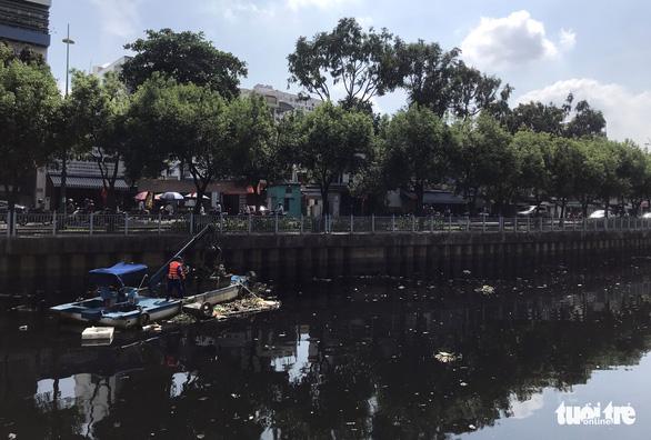 Kênh Nhiêu Lộc - Thị Nghè lại đen thui, bốc mùi, tái ô nhiễm - Ảnh 7.