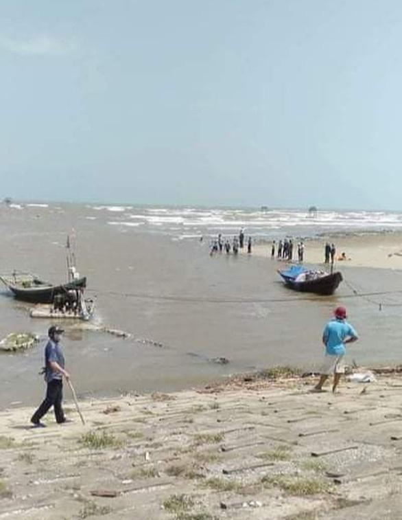 18 học sinh lớp 7 rủ nhau tắm biển, 3 em mất tích - Ảnh 1.