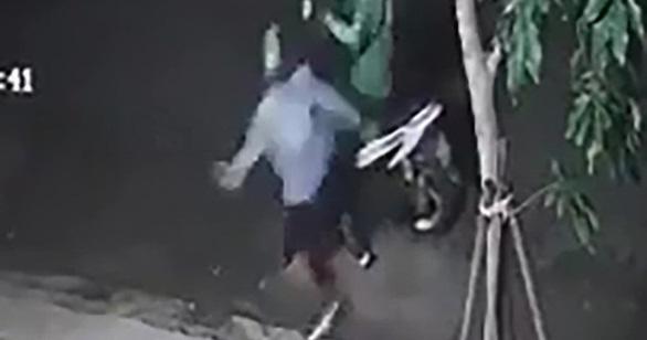 Truy bắt nghi phạm đánh vào gáy tài xế xe ôm để cướp xe - Ảnh 1.