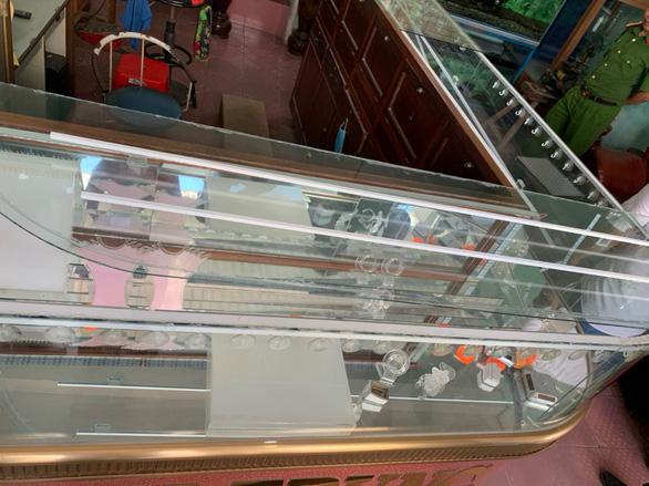 Thanh niên mang xà beng đột nhập tiệm vàng lấy sạch 300 lượng vàng 18K - Ảnh 2.