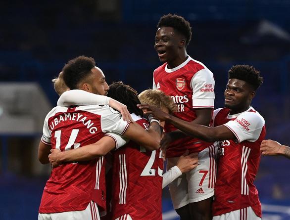 Arsenal hạ đo ván Chelsea ngay tại Stamford Bridge - Ảnh 1.