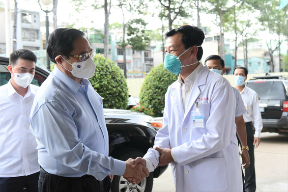 Thủ tướng kiểm tra phòng chống dịch ở 2 bệnh viện: ĐH Y dược, Chợ Rẫy - Ảnh 2.