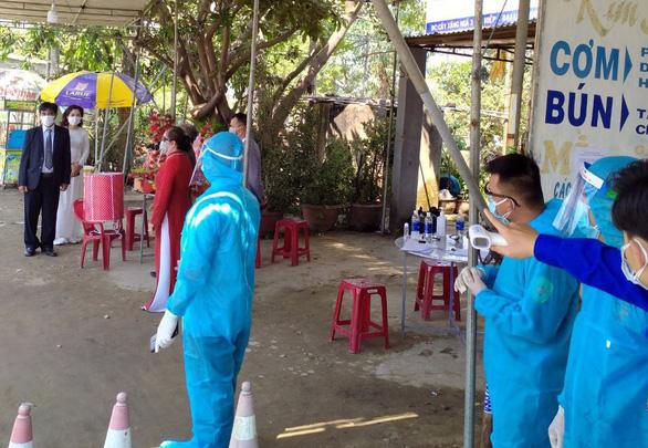 Đám hỏi đặc biệt diễn ra ngay tại chốt kiểm dịch ở Quảng Nam - Ảnh 1.