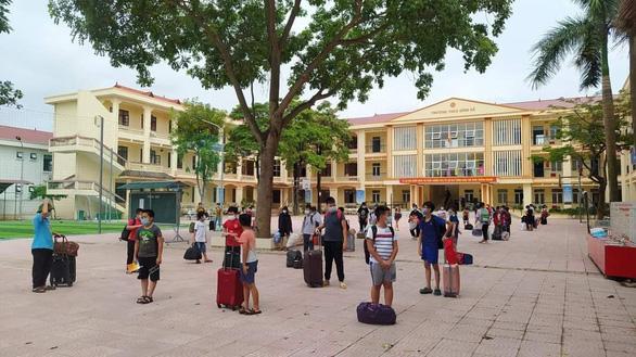 1 học sinh mắc COVID-19, 57 thầy trò mang hành lý đi cách ly tập trung - Ảnh 1.