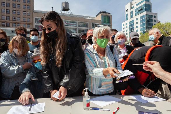 Mỹ tặng tiền, bia, mở xổ số 1 triệu USD cổ vũ dân tiêm vắc xin COVID-19 - Ảnh 1.