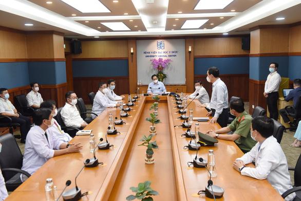 Thủ tướng kiểm tra phòng chống dịch ở 2 bệnh viện: ĐH Y dược, Chợ Rẫy - Ảnh 1.