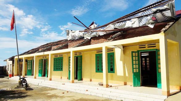 3 người bị thương, nhiều trường học bị tốc mái do dông lốc - Ảnh 3.