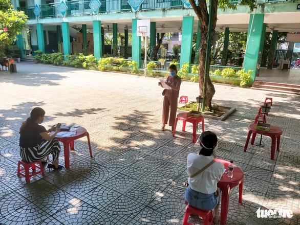 Học sinh tiểu học làm bài kiểm tra cuối năm tại nhà: Phụ huynh như 'giám thị' - Ảnh 4.