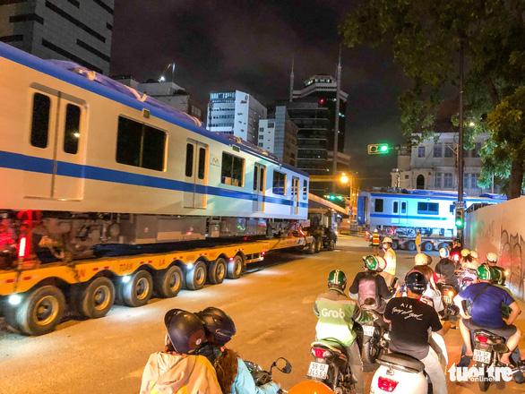 Người dân thức đêm xem vận chuyển tàu metro - Ảnh 8.