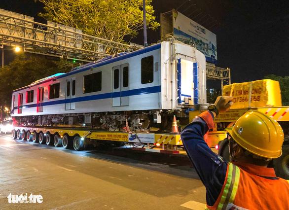 Người dân thức đêm xem vận chuyển tàu metro - Ảnh 13.