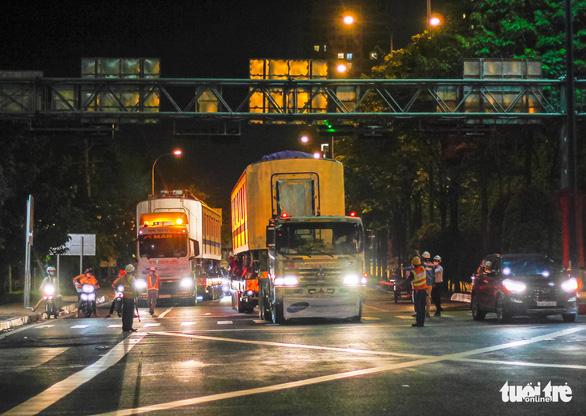 Người dân thức đêm xem vận chuyển tàu metro - Ảnh 12.