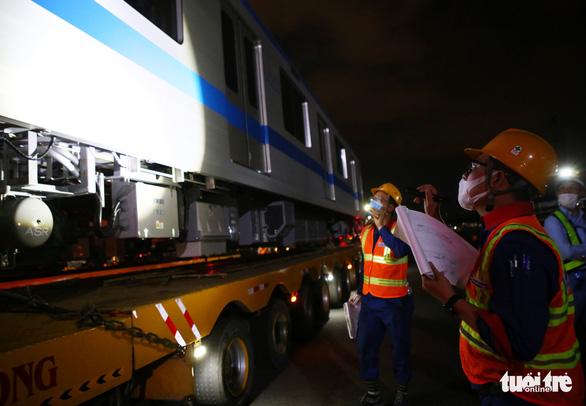 Người dân thức đêm xem vận chuyển tàu metro - Ảnh 5.