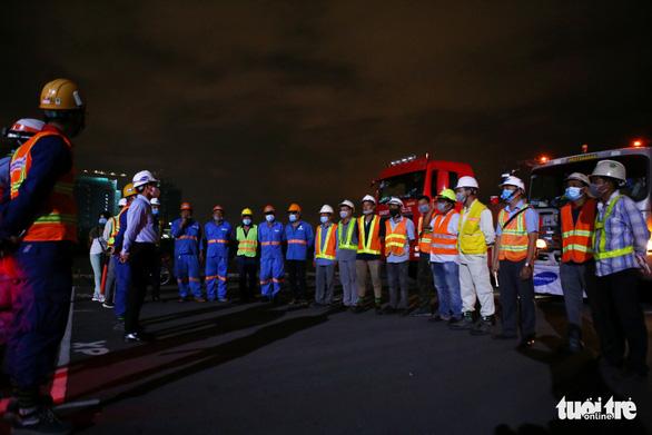 Người dân thức đêm xem vận chuyển tàu metro - Ảnh 4.