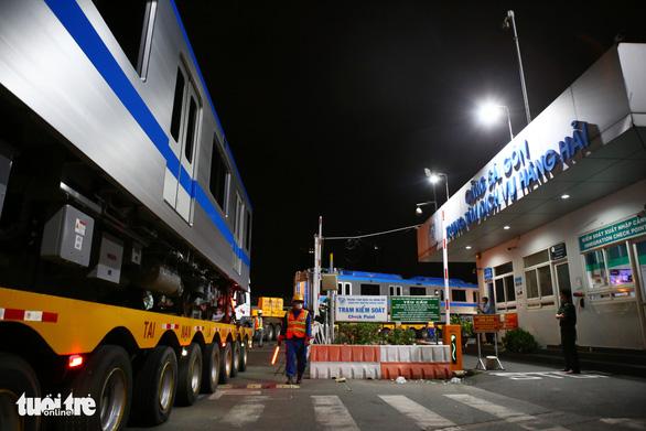 Người dân thức đêm xem vận chuyển tàu metro - Ảnh 6.