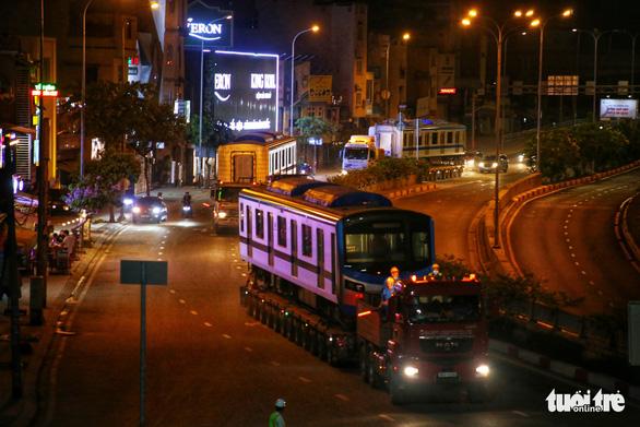 Người dân thức đêm xem vận chuyển tàu metro - Ảnh 9.