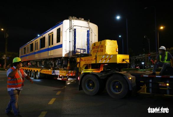 Người dân thức đêm xem vận chuyển tàu metro - Ảnh 7.