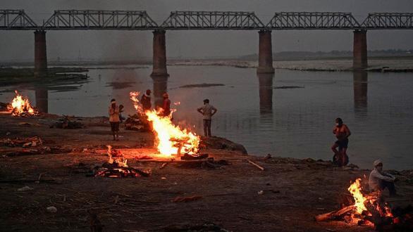 Ấn Độ: Giăng lưới để vớt xác người trên sông Hằng - Ảnh 1.