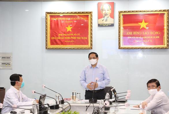 Thủ tướng kiểm tra phòng chống dịch ở 2 bệnh viện: ĐH Y dược, Chợ Rẫy - Ảnh 3.