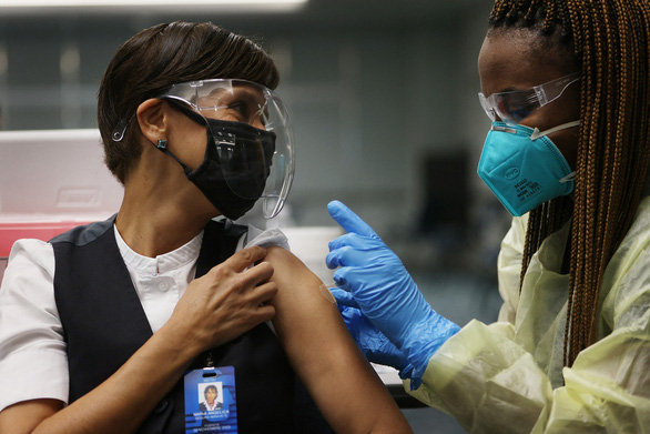 Thừa mứa, Mỹ tính xuất khẩu vắc xin COVID-19 - Ảnh 1.