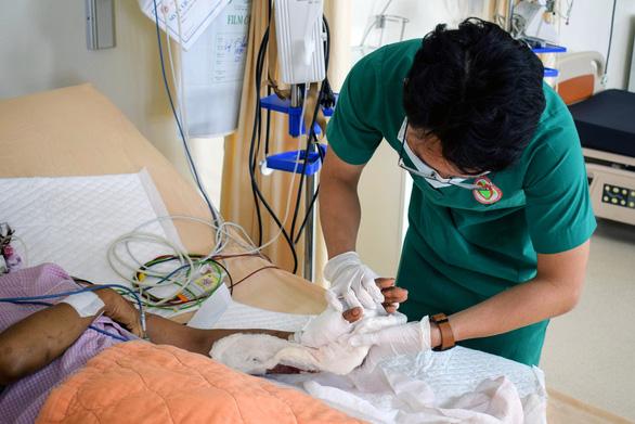Vi phẫu suốt 6 tiếng nối lại cổ tay bị đứt gần lìa - Ảnh 1.