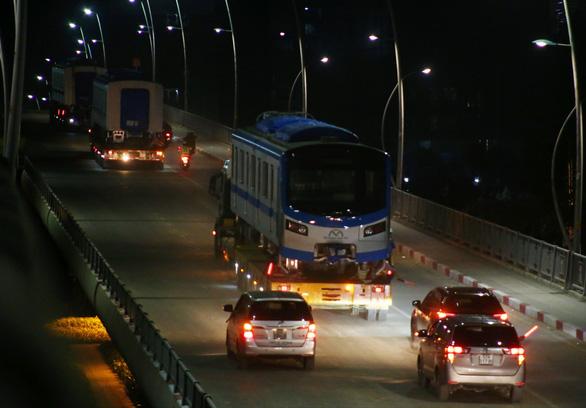 Người dân thức đêm xem vận chuyển tàu metro - Ảnh 11.