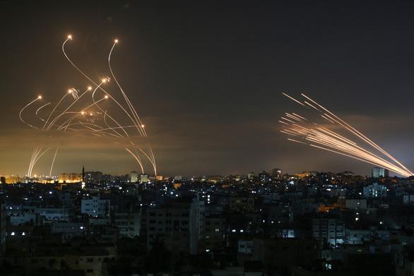 Video lá chắn Vòm Sắt của Israel đánh chặn rocket từ Dải Gaza - Ảnh 4.