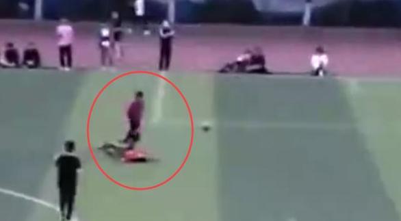 Cầu thủ Trung Quốc phạm lỗi thô bạo, giẫm lên đối thủ, tát một cầu thủ khác - Ảnh 2.