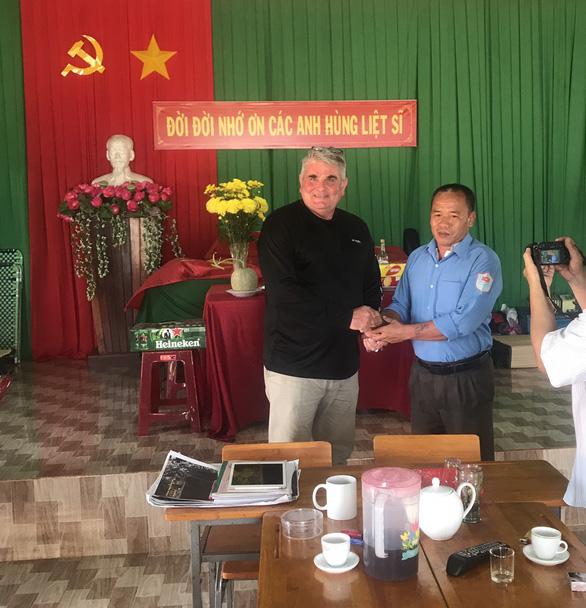 Đội tìm kiếm hài cốt liệt sĩ Bình Phước bàn giao thẻ bài quân nhân Mỹ cho MIA - Ảnh 1.
