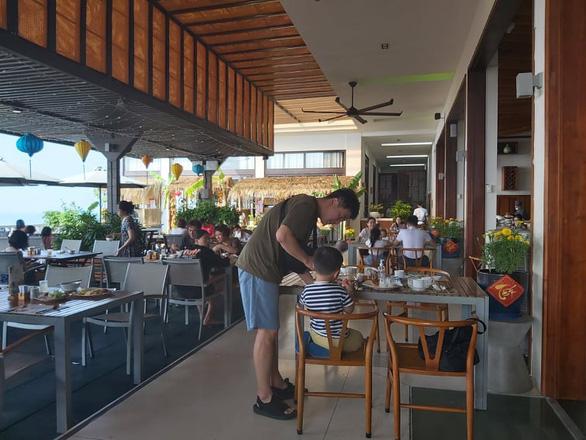 Nhiều khách sạn chỉ đón khách có xác nhận âm tính với COVID-19  - Ảnh 1.