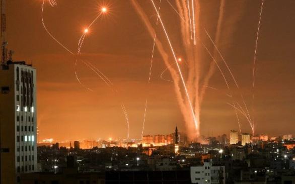 Video lá chắn Vòm Sắt của Israel đánh chặn rocket từ Dải Gaza - Ảnh 3.