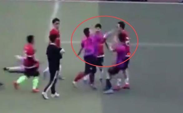 Cầu thủ Trung Quốc phạm lỗi thô bạo, giẫm lên đối thủ, tát một cầu thủ khác - Ảnh 3.
