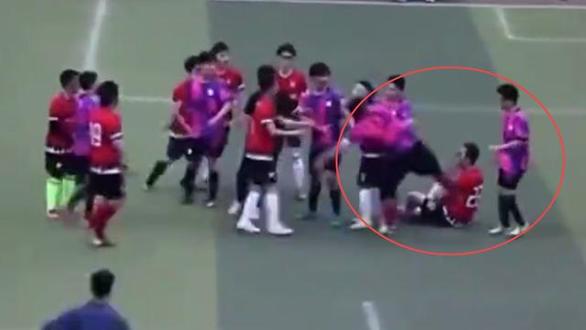 Cầu thủ Trung Quốc phạm lỗi thô bạo, giẫm lên đối thủ, tát một cầu thủ khác - Ảnh 4.
