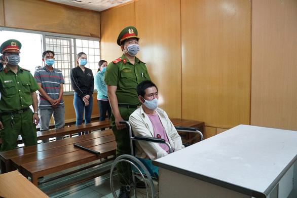 Đốt chết 3 người, bị cáo ngồi xe lăn nhận án tử hình - Ảnh 1.