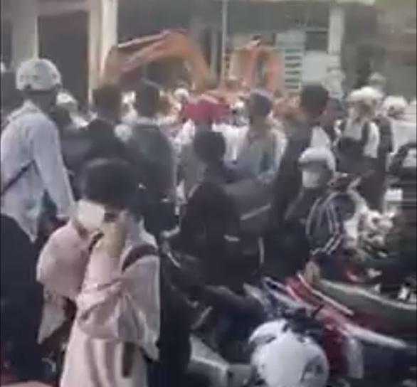 Học sinh dùng mũ bảo hiểm đánh nhau, bạn bè không can ngăn mà reo hò, cổ vũ - Ảnh 1.