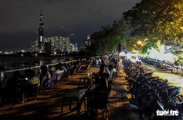 TP.HCM: Hàng quán đông đúc bất chấp lệnh cấm tụ tập đông người - Ảnh 3.