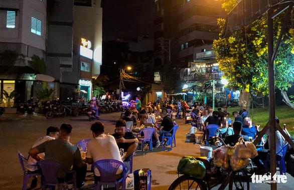 TP.HCM: Hàng quán đông đúc bất chấp lệnh cấm tụ tập đông người - Ảnh 2.