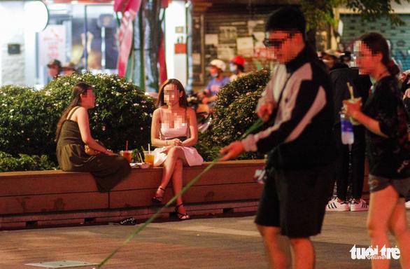 TP.HCM: Hàng quán đông đúc bất chấp lệnh cấm tụ tập đông người - Ảnh 8.