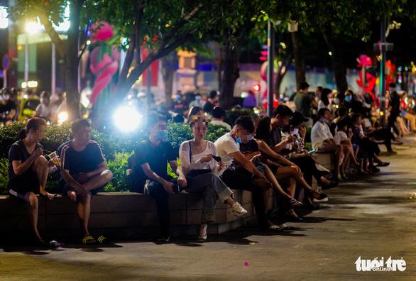 TP.HCM: Hàng quán đông đúc bất chấp lệnh cấm tụ tập đông người - Ảnh 5.