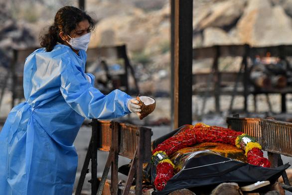 Ấn Độ lại tăng hơn 300.000 ca COVID-19, Anh tăng tốc tiêm vắc xin - Ảnh 1.