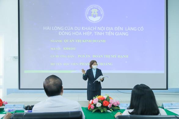 Người phụ nữ 71 tuổi 4 năm đi xe buýt từ Tiền Giang lên TP.HCM học thạc sĩ - Ảnh 1.