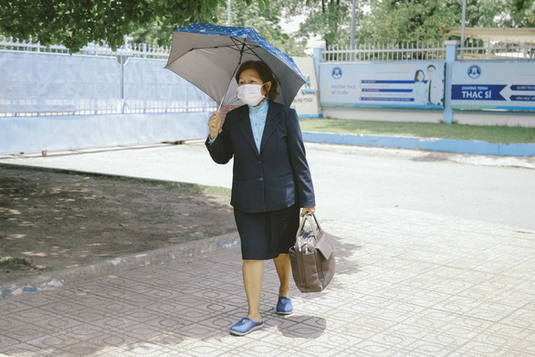 Người phụ nữ 71 tuổi 4 năm đi xe buýt từ Tiền Giang lên TP.HCM học thạc sĩ - Ảnh 2.