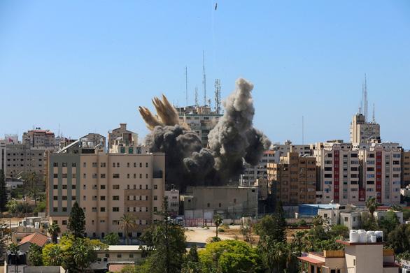 Tên lửa Israel san phẳng tòa nhà có truyền thông quốc tế - Ảnh 3.