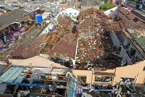 Lốc xoáy vùi dập hai thành phố Trung Quốc - Ảnh 1.