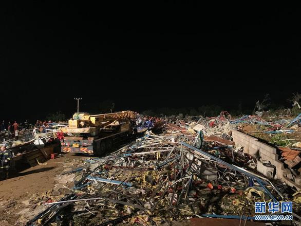 Lốc xoáy vùi dập hai thành phố Trung Quốc - Ảnh 4.