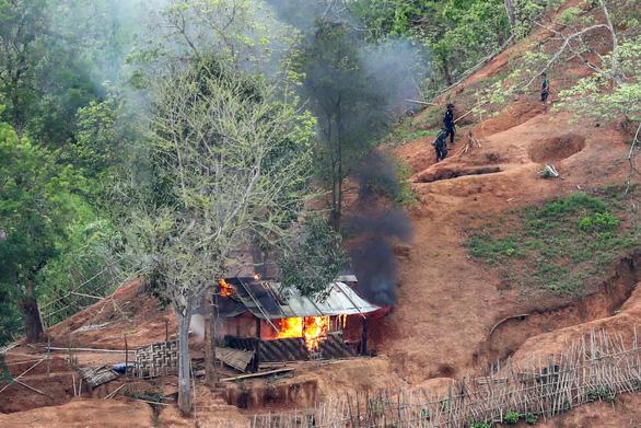 Quân đội Myanmar tấn công phiến quân, 20 ngàn dân mắc kẹt trong lửa đạn - Ảnh 1.