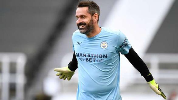 Sau 3.645 ngày mới được bắt chính, thủ môn Man City nhận luôn 3 bàn thua - Ảnh 1.