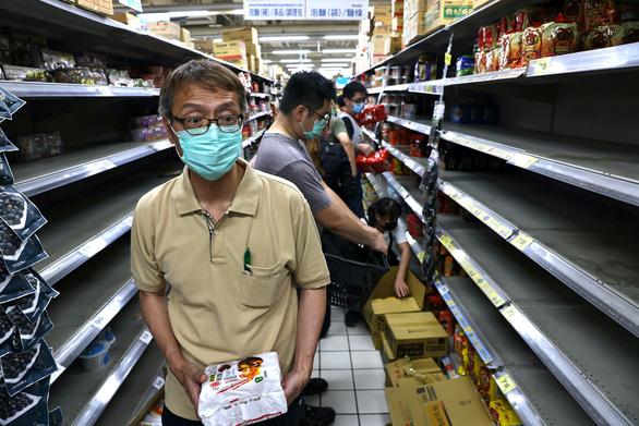 Đài Loan nhiều ca nhiễm, dân ra siêu thị vét hàng sạch kệ - Ảnh 1.