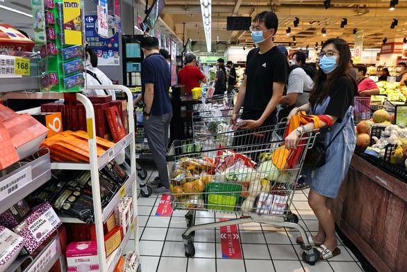 Đài Loan nhiều ca nhiễm, dân ra siêu thị vét hàng sạch kệ - Ảnh 2.